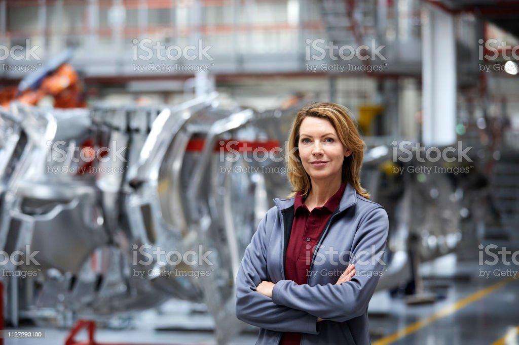 Ingenieurin mit verschränkten durch Auto-chassis – Foto
