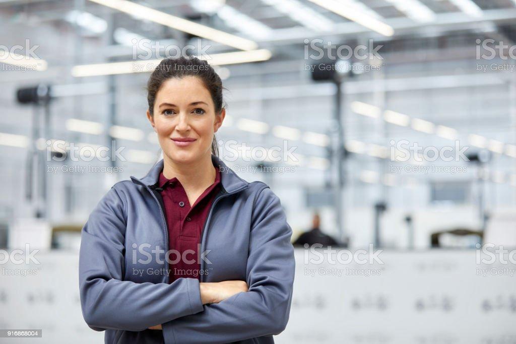 Ingenieurin mit verschränkten im Automobilwerk – Foto