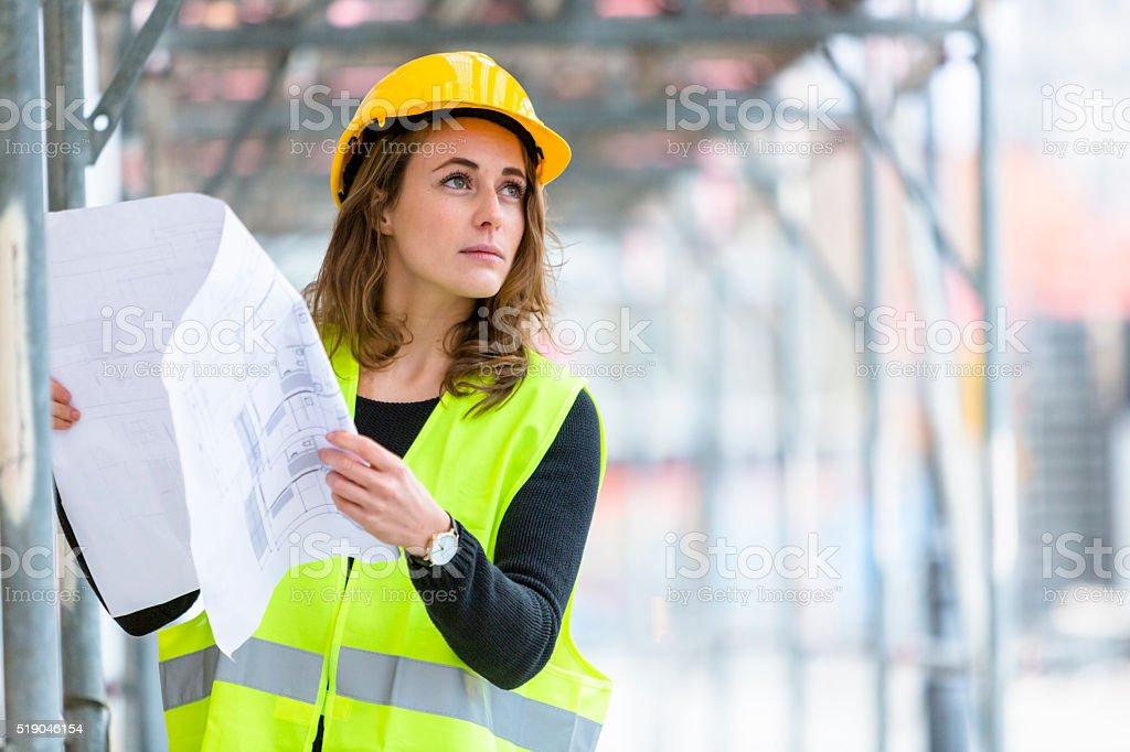 Weibliche Techniker mit Büro Entwürfe umgesetzt – Foto