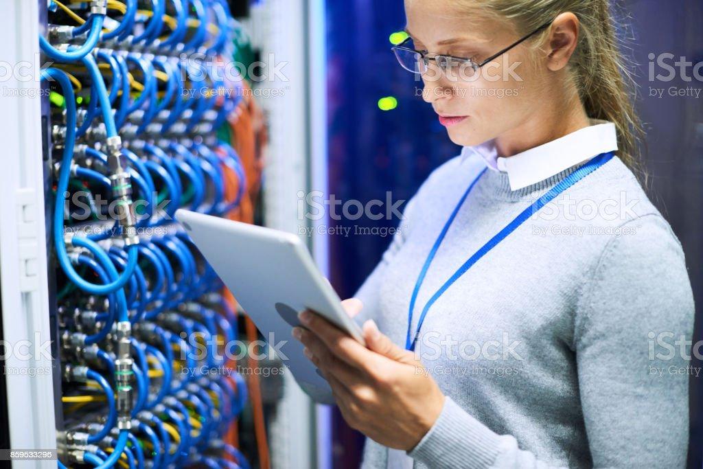 Ingenieurin arbeiten mit Supercomputer – Foto