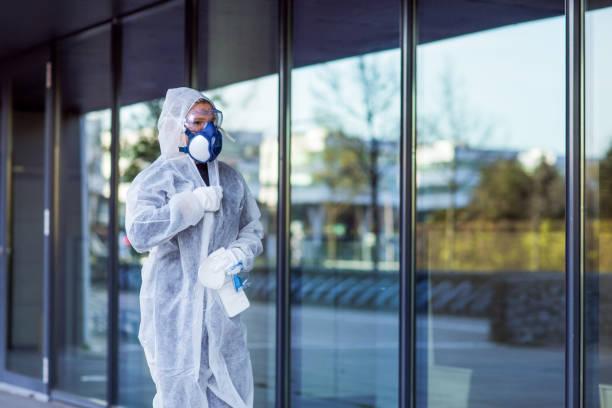 Eine wesentliche Arbeiterin, die während des Virusausbruchs eine Gesichtsmaske trägt – Foto