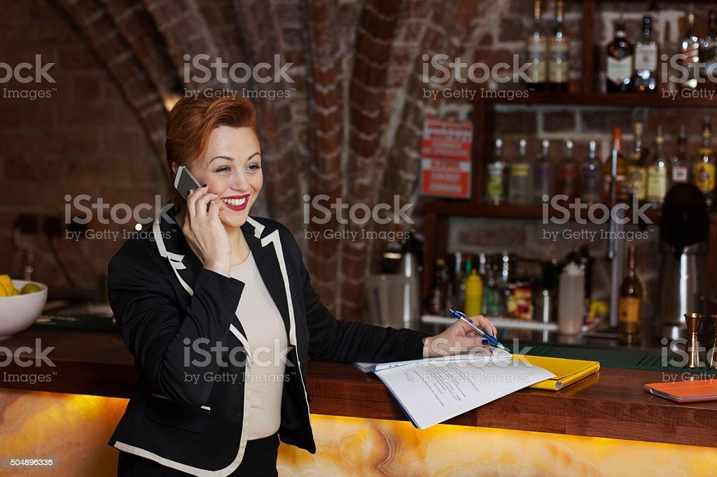 Kobiet wykonawczy w pracy – zdjęcie
