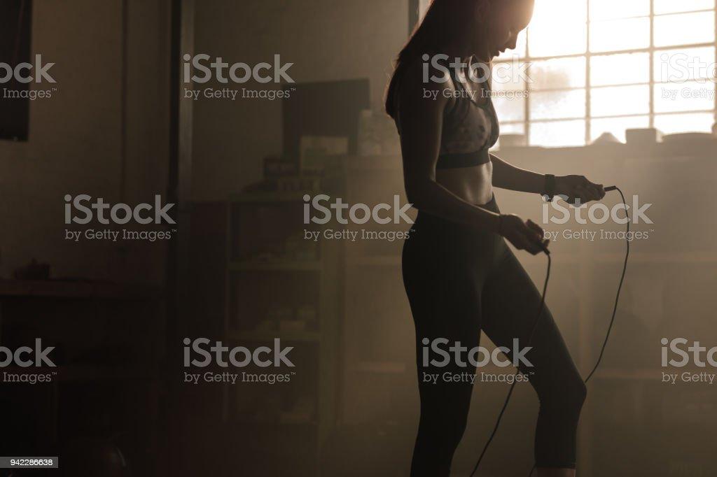 Femmes exerçant avec corde au gymnase à sauter - Photo