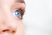 女性の目元のマクロ撮影