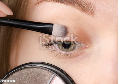istock Female eye natural brush for shadows 918484986