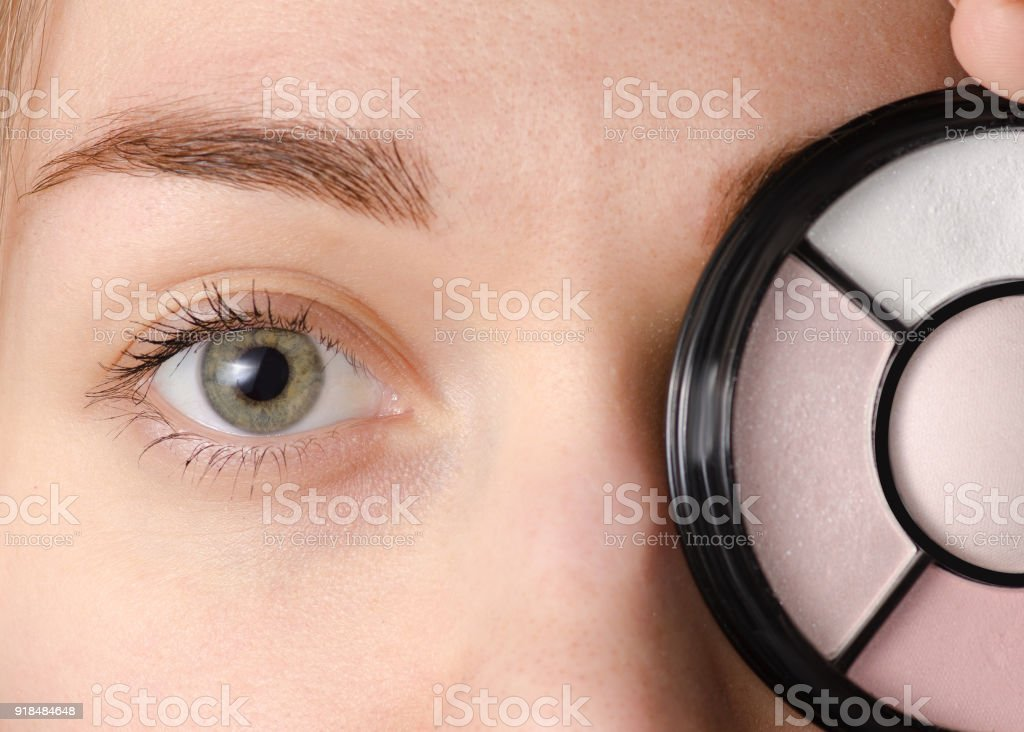 Female eye natural shadows – zdjęcie
