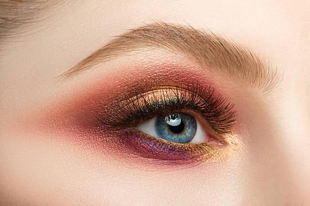 weibliche auge mit schönen make-up - goldenes augen make up stock-fotos und bilder