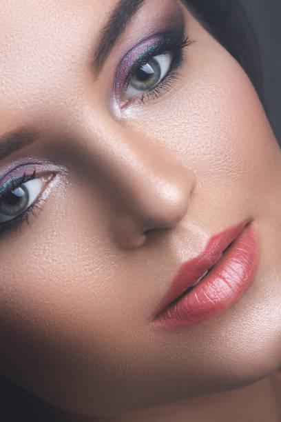 weibliches gesicht mit schönen lidschatten - lila augen make up stock-fotos und bilder