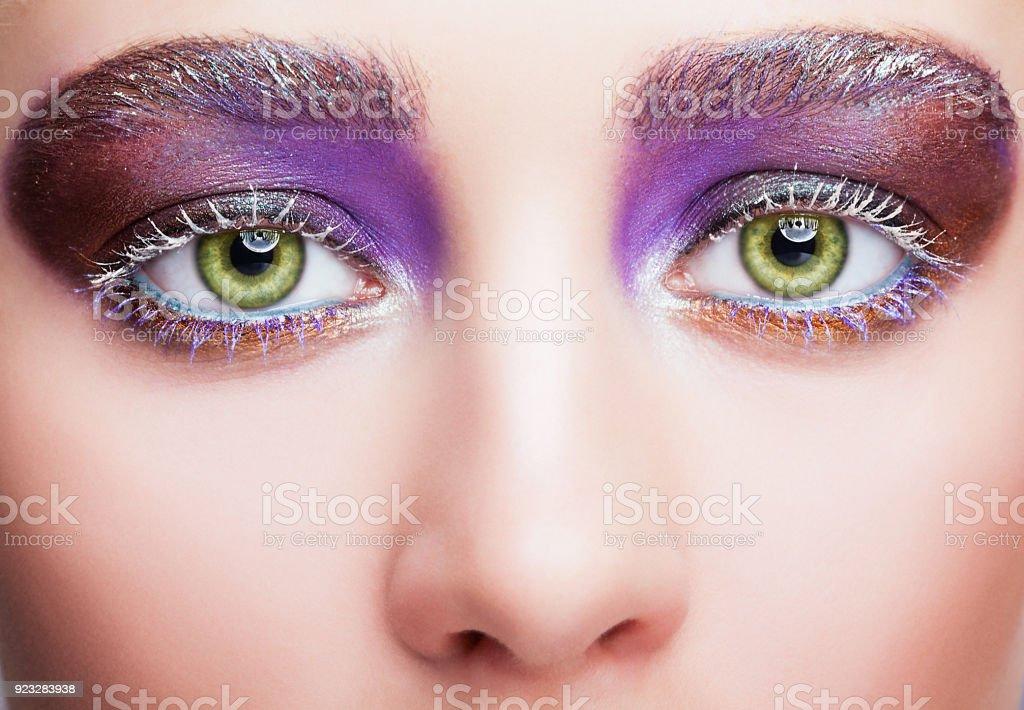 Weibliches Gesicht mit Pistazien grün Augen, abends Violett Lila Augen Schatten und weißen Wimpern-Make-up – Foto
