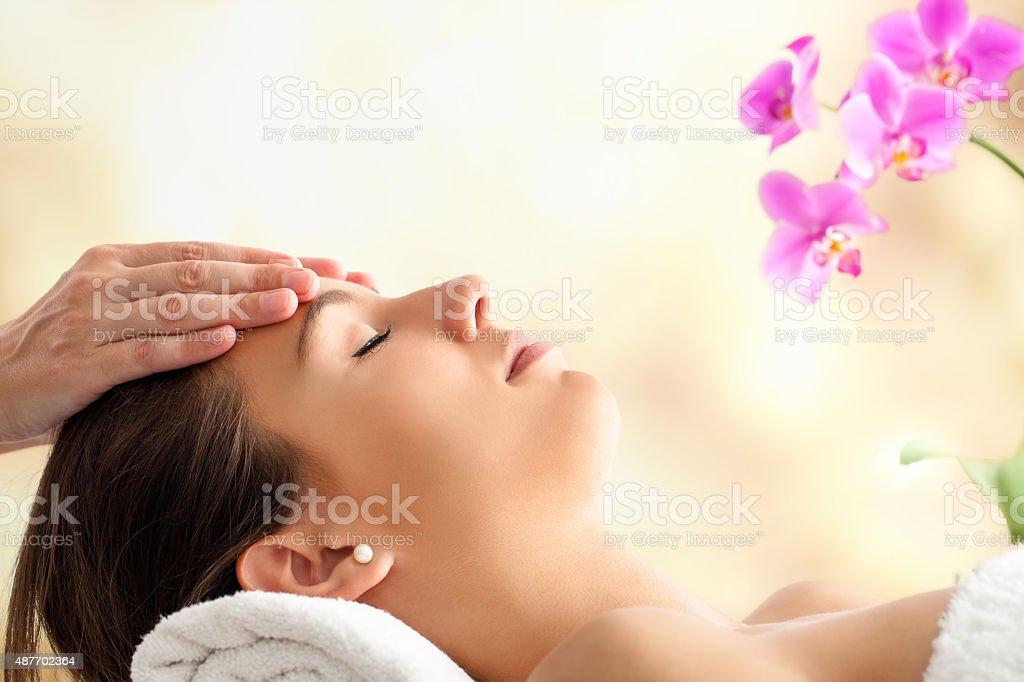 Weibliche Gesichtsbehandlung, massage im spa. – Foto