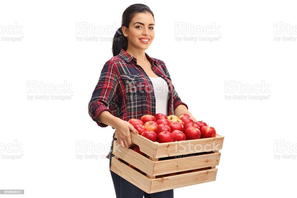 Agricultrice tenant une caisse en bois rempli de pommes - Photo