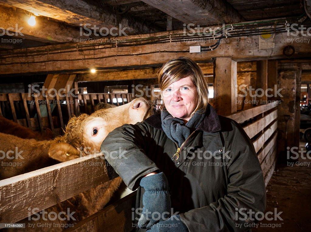Femme agriculteur dans une ferme de bétail. - Photo