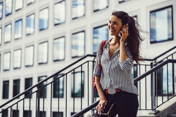 weibliche mode-blogger in münchen, deutschland - arbeit in münchen stock-fotos und bilder