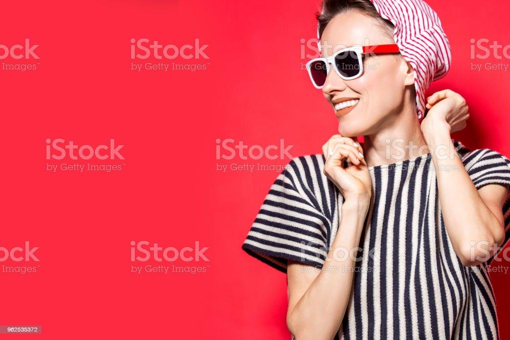 Moda feminina modelo posando com roupas listradas - Foto de stock de Adulto royalty-free