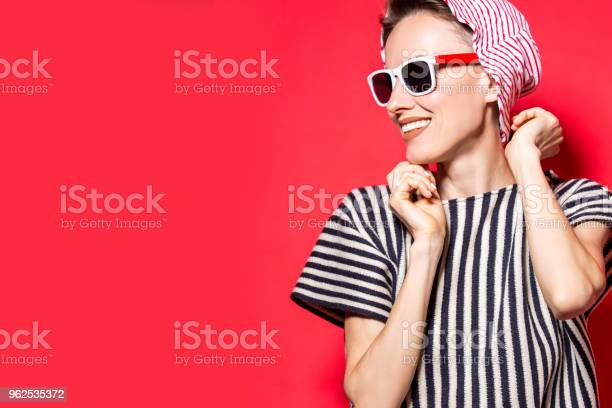 Foto de Moda Feminina Modelo Posando Com Roupas Listradas e mais fotos de stock de Adulto