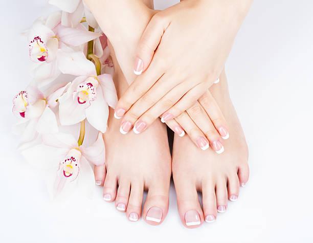 piedi femminili presso salone centro benessere sulla procedura di pedicure e manicure - pedicure foto e immagini stock