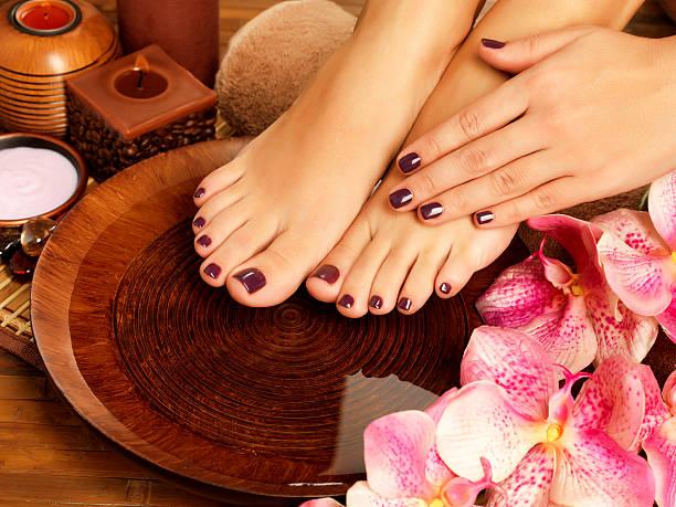 piedi femminili presso salone spa sulla procedura di pedicure - pedicure foto e immagini stock