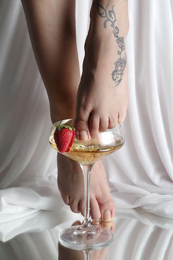 Female Feet In A Champagne Coupe 23 - Fotografie stock e altre immagini di Adulto