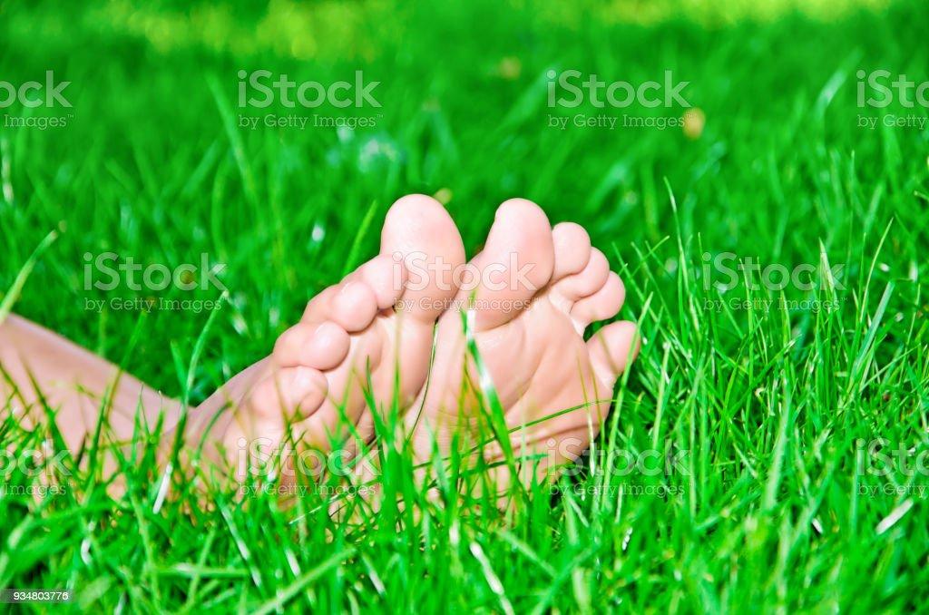 녹색 잔디에 여성 피트 - 로열티 프리 건강관리와 의술 스톡 사진