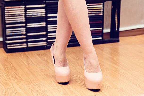 weibliche füße in schuhen. - cd ständer stock-fotos und bilder