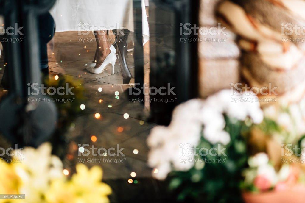weibliche Füße in Schuhen, unter dem Tisch – Foto