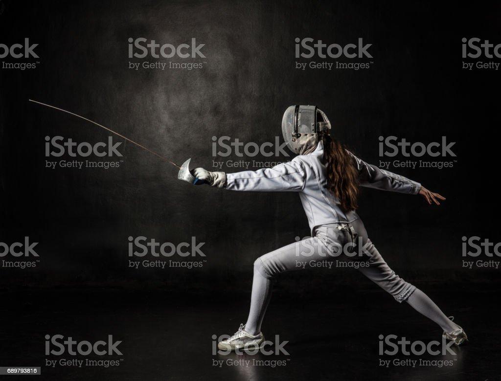 Weibliche Fechter auf schwarzem Hintergrund isoliert Lizenzfreies stock-foto