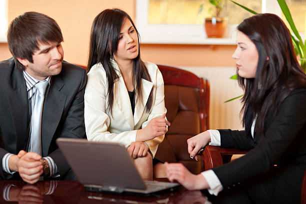 weibliche financial advisor - frisch verheirateten beratung stock-fotos und bilder
