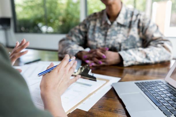 Finanzberaterin spricht mit Veteranin – Foto