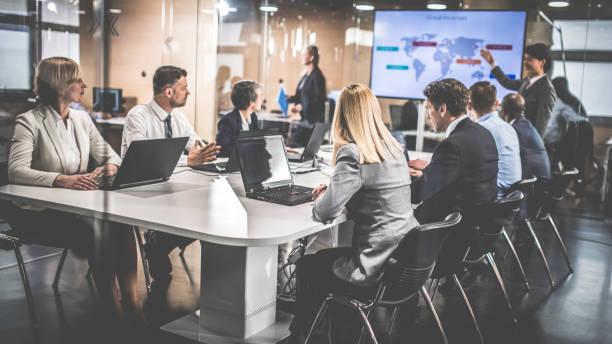 Weibliche Finanzanalyst Vortrag an Vorstandsmitglieder – Foto