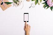 女性の指タッチ スクリーン携帯電話