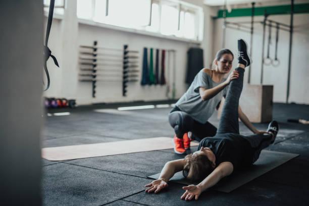 Frauen Fitness-Instruktor überwacht ihr Schüler Übung – Foto