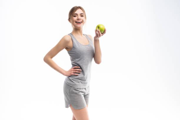 Weibliche Fitness-Modell hält Apfel. Gesundes Essen und Sportkonzept. – Foto