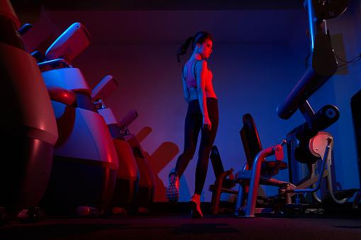 Foto de Modelo De Fitness Feminino Andando Entre Duas Fileiras De Exercício Machin e mais fotos de stock de Adulto