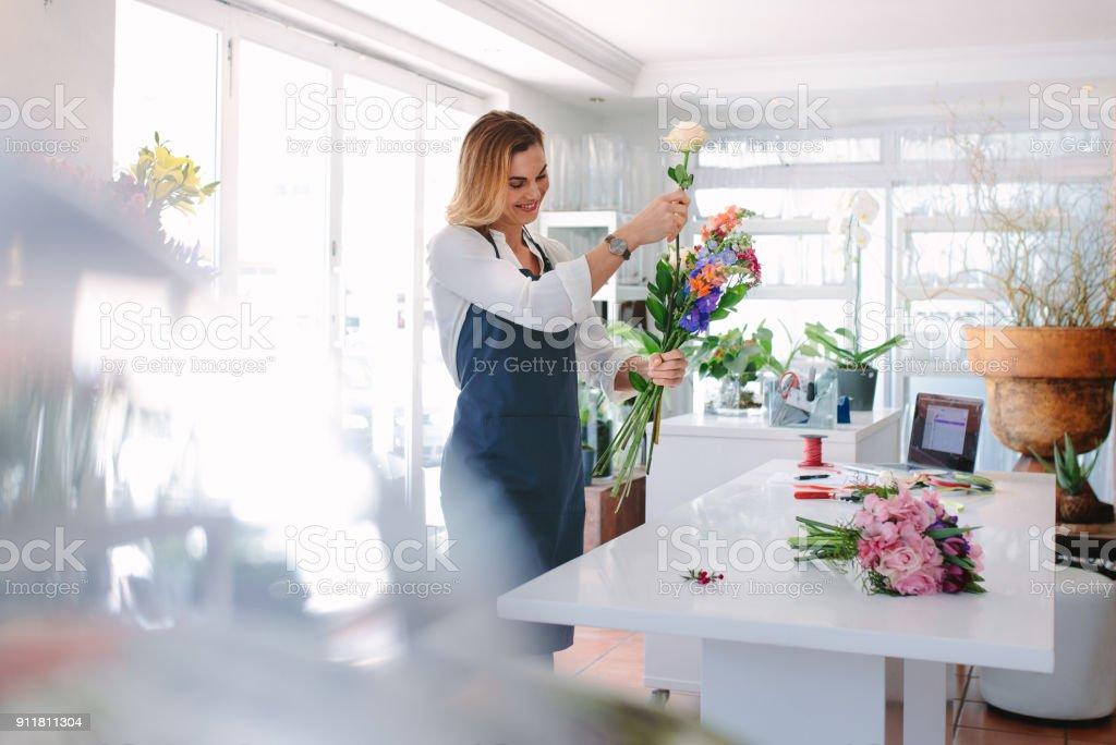 Weibliche Florist Ordnung schaffen – Foto