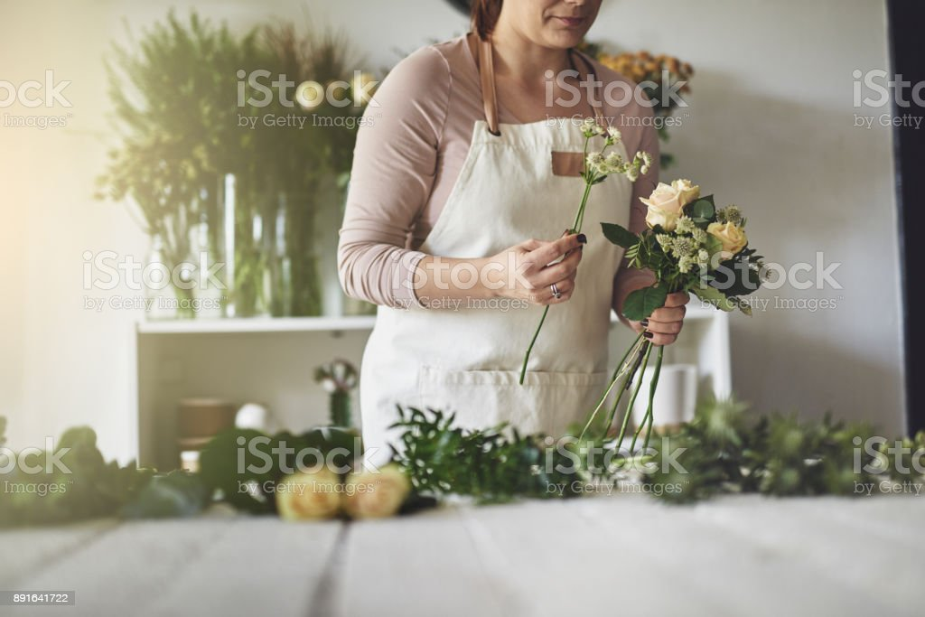 Weibliche Florist arbeiten in ihrem Blume Schiff machen einen Blumenstrauß – Foto