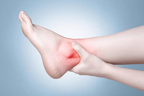 piede femminile con dolore alla caviglia - caviglia foto e immagini stock