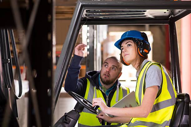 conductor de carretilla elevadora hembra de capacitación - suministros escolares fotografías e imágenes de stock