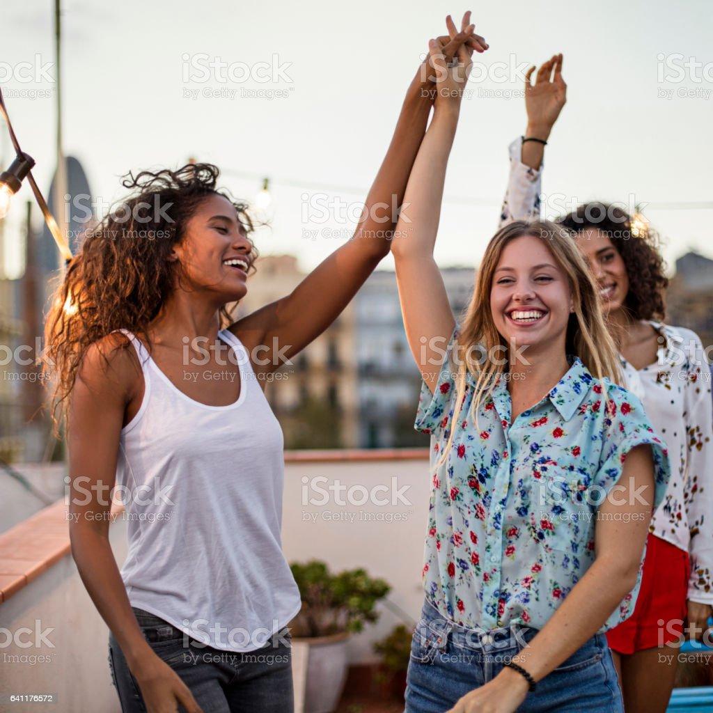 Amigas Bailando Durante La Fiesta En Terraza Foto De Stock Y
