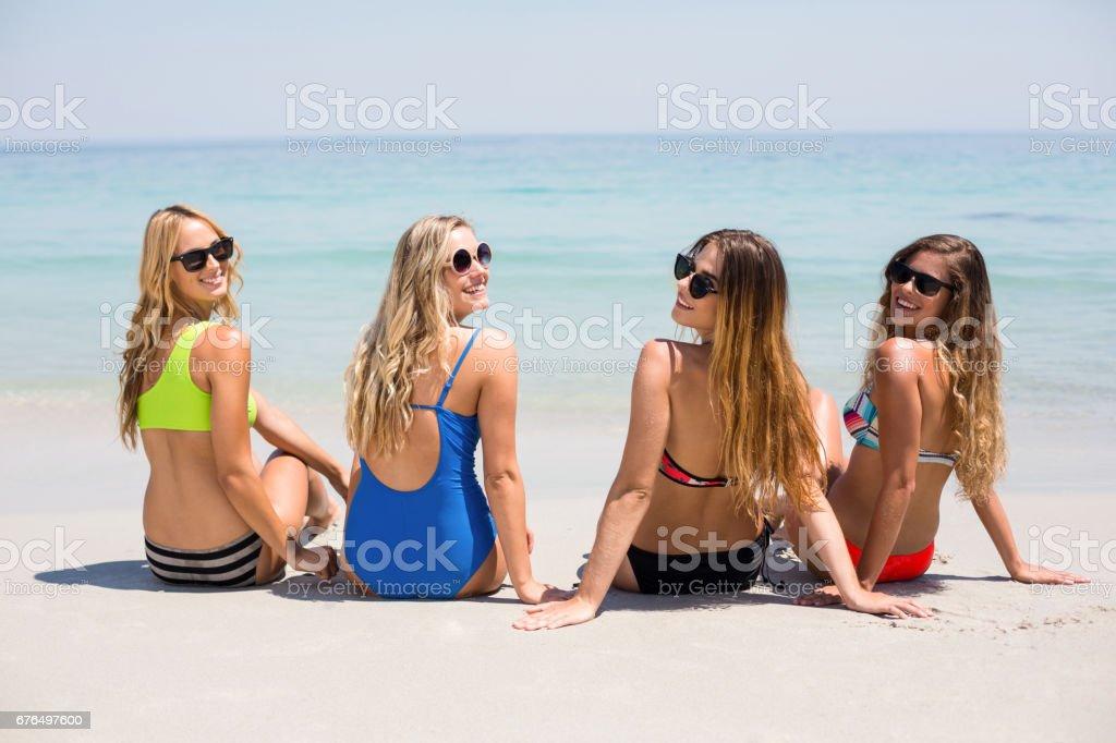 Banco Imágenes En 20 Playa Y Años Relajante Día A 29 Amigas Bikini Durante El Foto Soleado De Más La Stock WEHD2I9