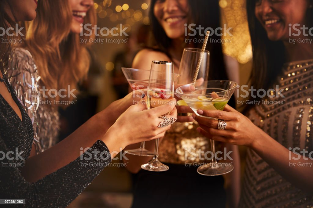 Mujeres amigas hacen tostadas mientras celebran en la fiesta - foto de stock
