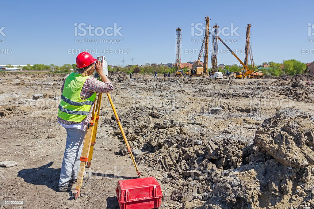 Female geodesist is working with total station. foto stock royalty-free