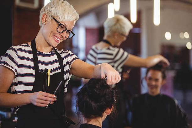 female getting her hair trimmed - salão de beleza - fotografias e filmes do acervo