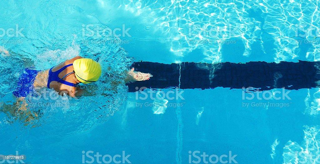 Weibliche Mädchen Brustschwimmen Schwimmer von oben im Swimmingpool – Foto