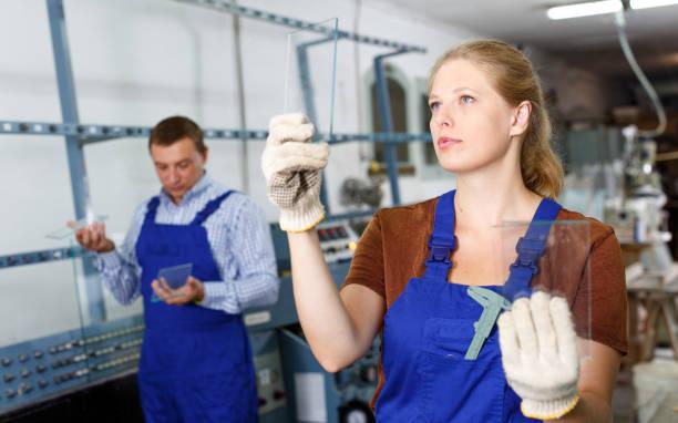 weibliche glaser arbeiten in glashütte - fensterbauer stock-fotos und bilder