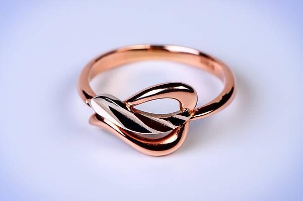 weibliche gold ring makro foto. - aurum stock-fotos und bilder