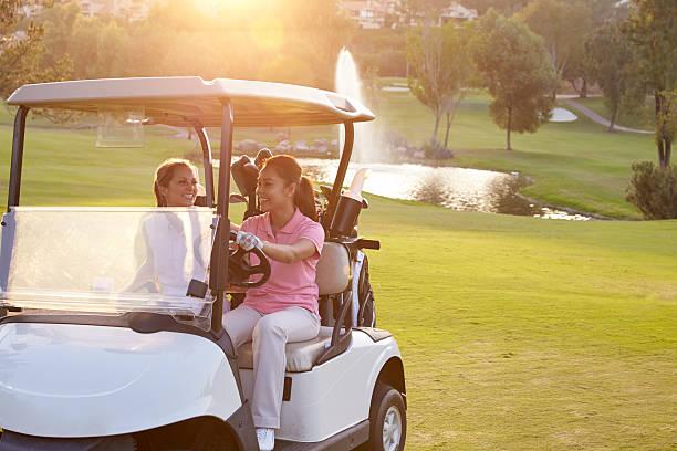 Femme conduite de Golf Boguet sur les fairways du parcours de Golf - Photo