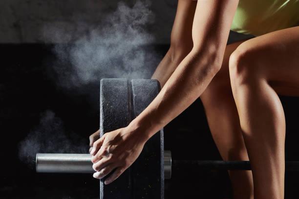 atleta feminino crossfit exercitando - musculação com peso - fotografias e filmes do acervo