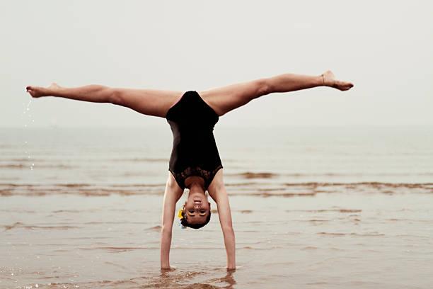 Kobieta gymnast Uruchamianie w: – zdjęcie