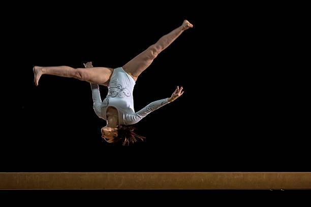 女子体操オンバランスビーム - 体操競技 ストックフォトと画像