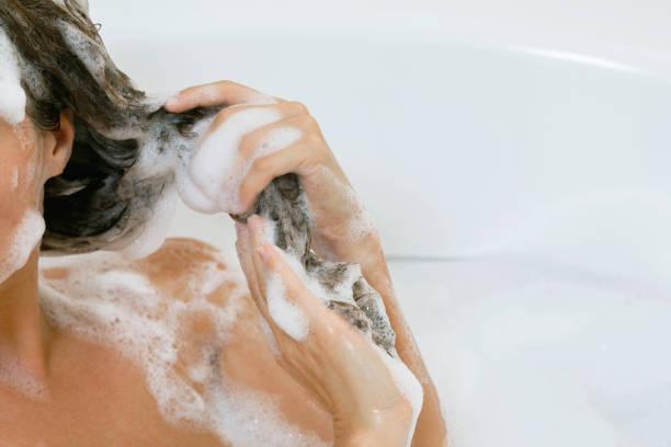 female hair in shapmoo - lavarsi i capelli foto e immagini stock
